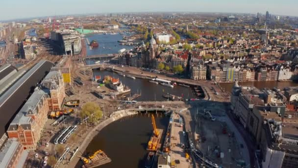 Luftaufnahme von Amsterdam über Kanäle in der Nähe des Hauptbahnhofs