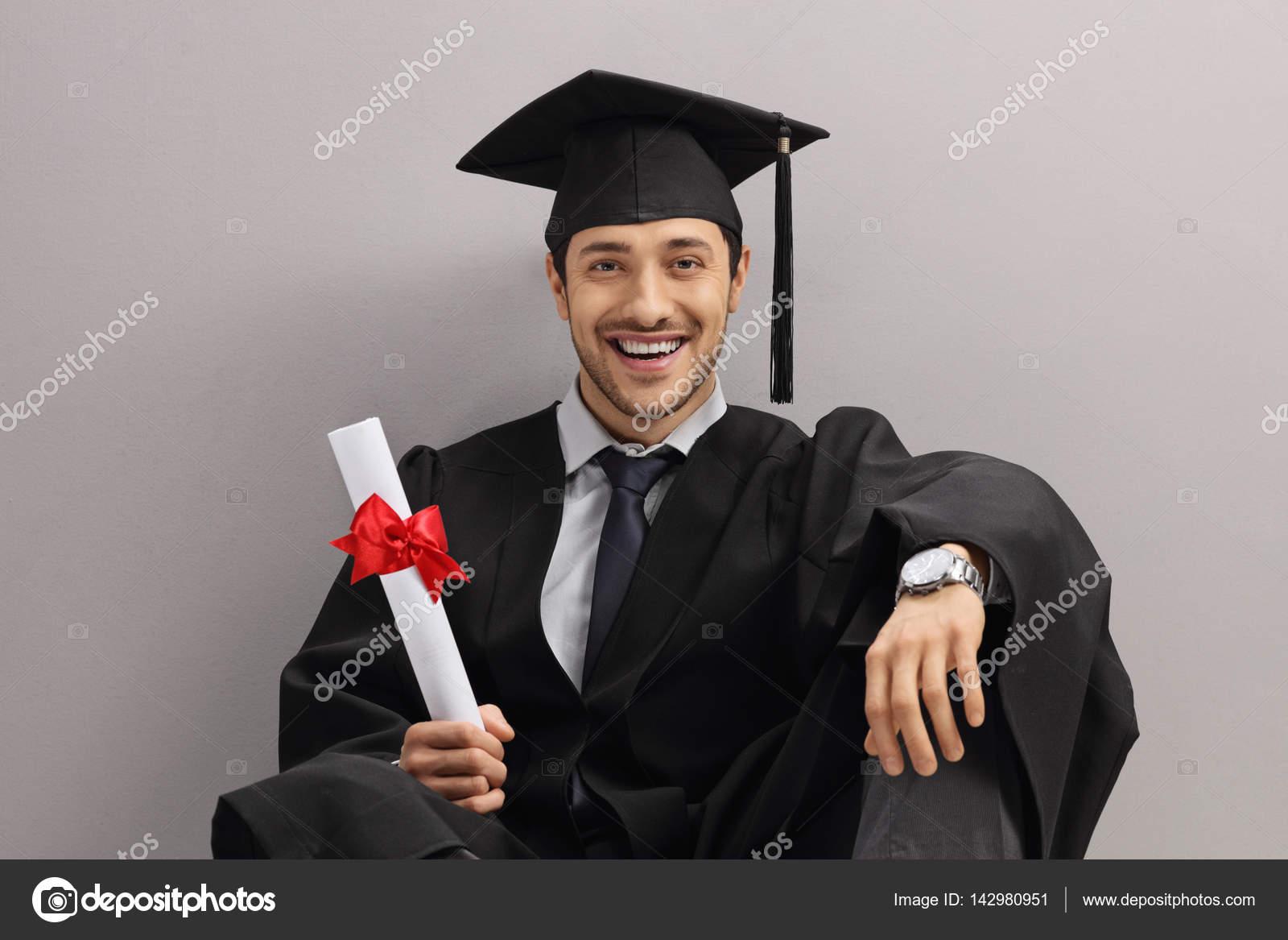 05dcb605b Feliz estudiante graduado con un diploma — Foto de stock ...