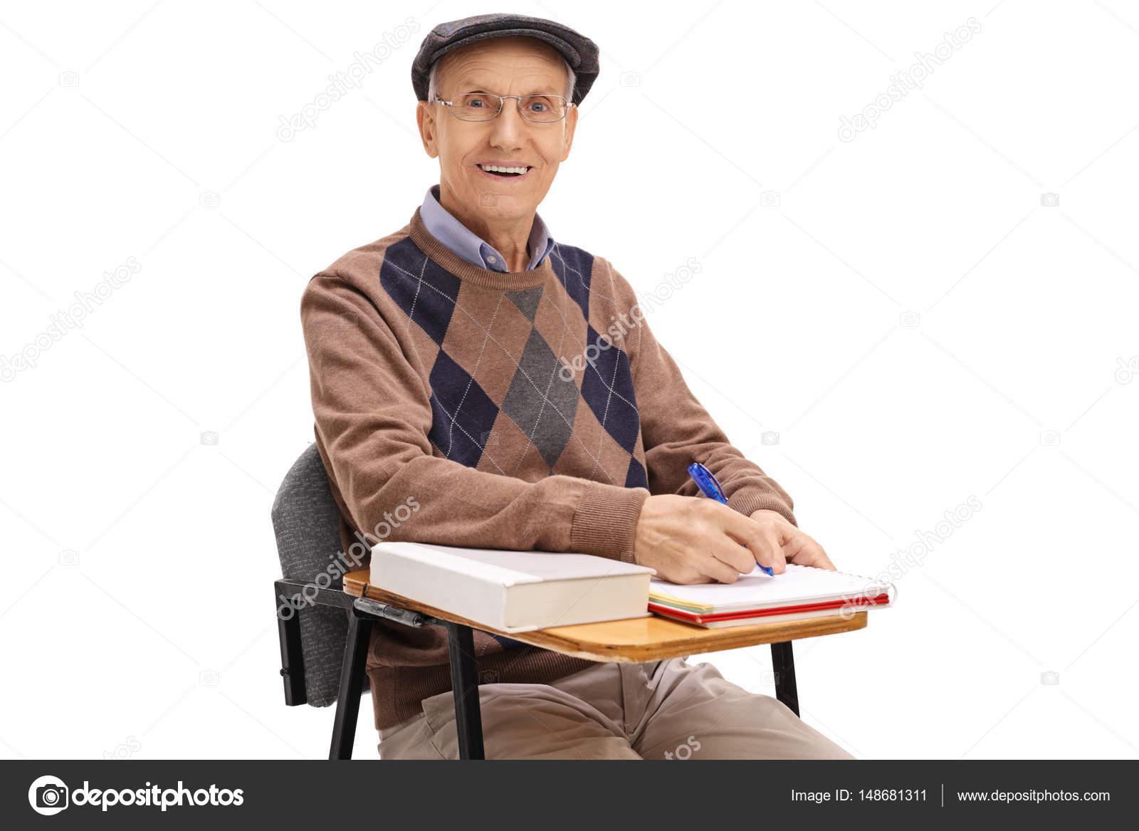 Stoel Voor Ouderen : Oudere student in een stoel van de school maken van notities