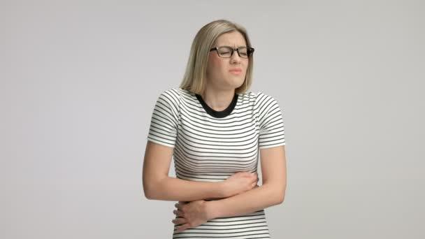 Junge Frau erleben Magenschmerzen