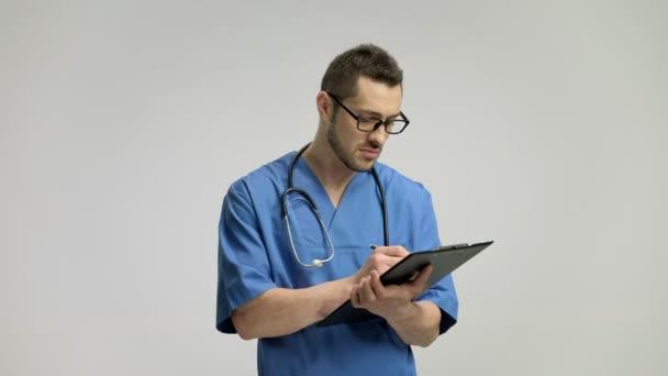 Doktor psaní do schránky a usmívá se