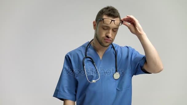 Doktor s hlava a masírovat čelo