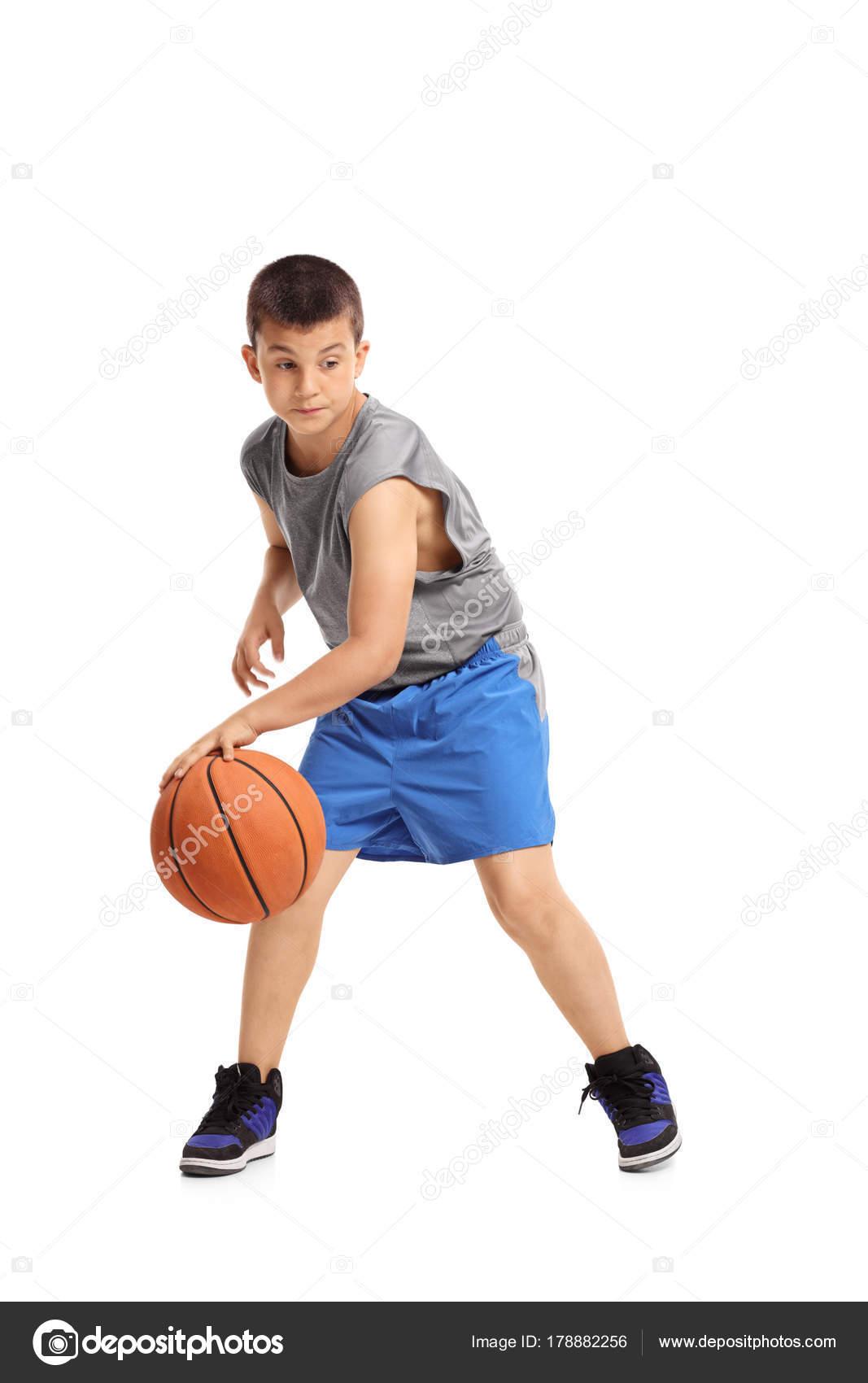 Retrato de longitud completa de niño botando con un baloncesto aislado  sobre fondo blanco - imágenes  niños botando una pelota — Foto de  ljsphotography ... a5e45559db6c2