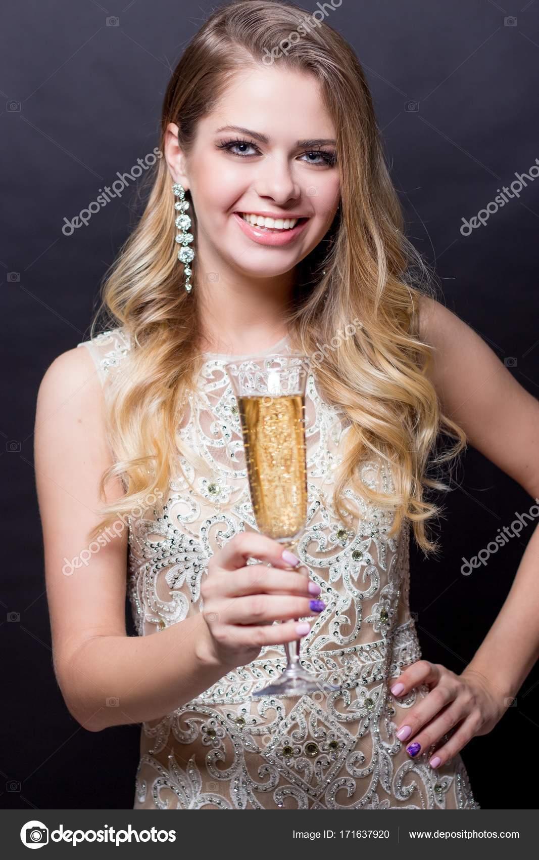 Portrat Einer Schonen Jungen Frau Mit Einem Glas Champagner Eine