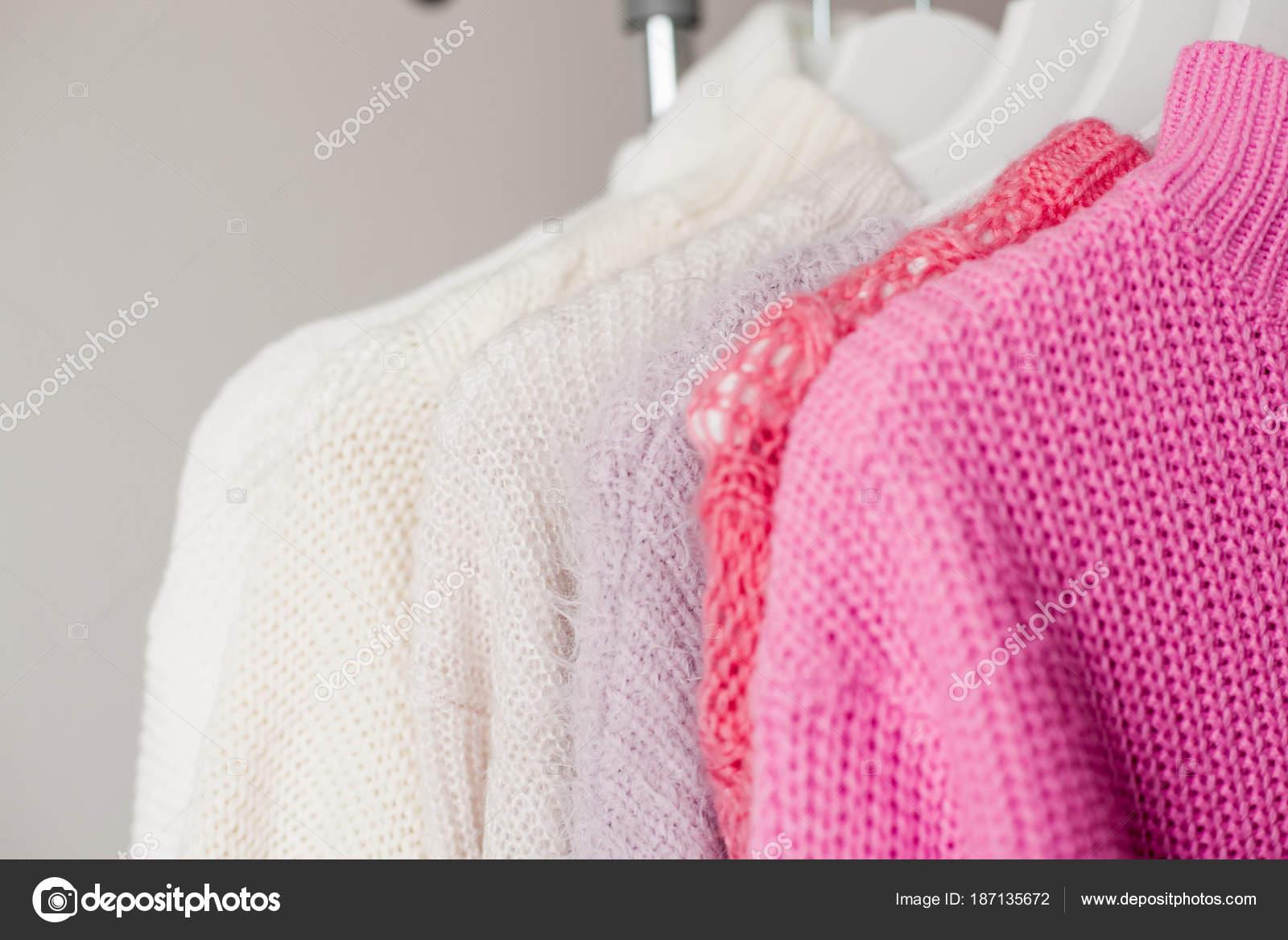 4c9676cd97b Μια κρεμάστρα με τα πράγματα. Πλεκτό πουλόβερ κρεμάστε στις κρεμάστρες.  Λαμπερό πουλόβερ. Άνοιξη ρούχα. Μόδα. Άνετο. Αρχική σελίδα.
