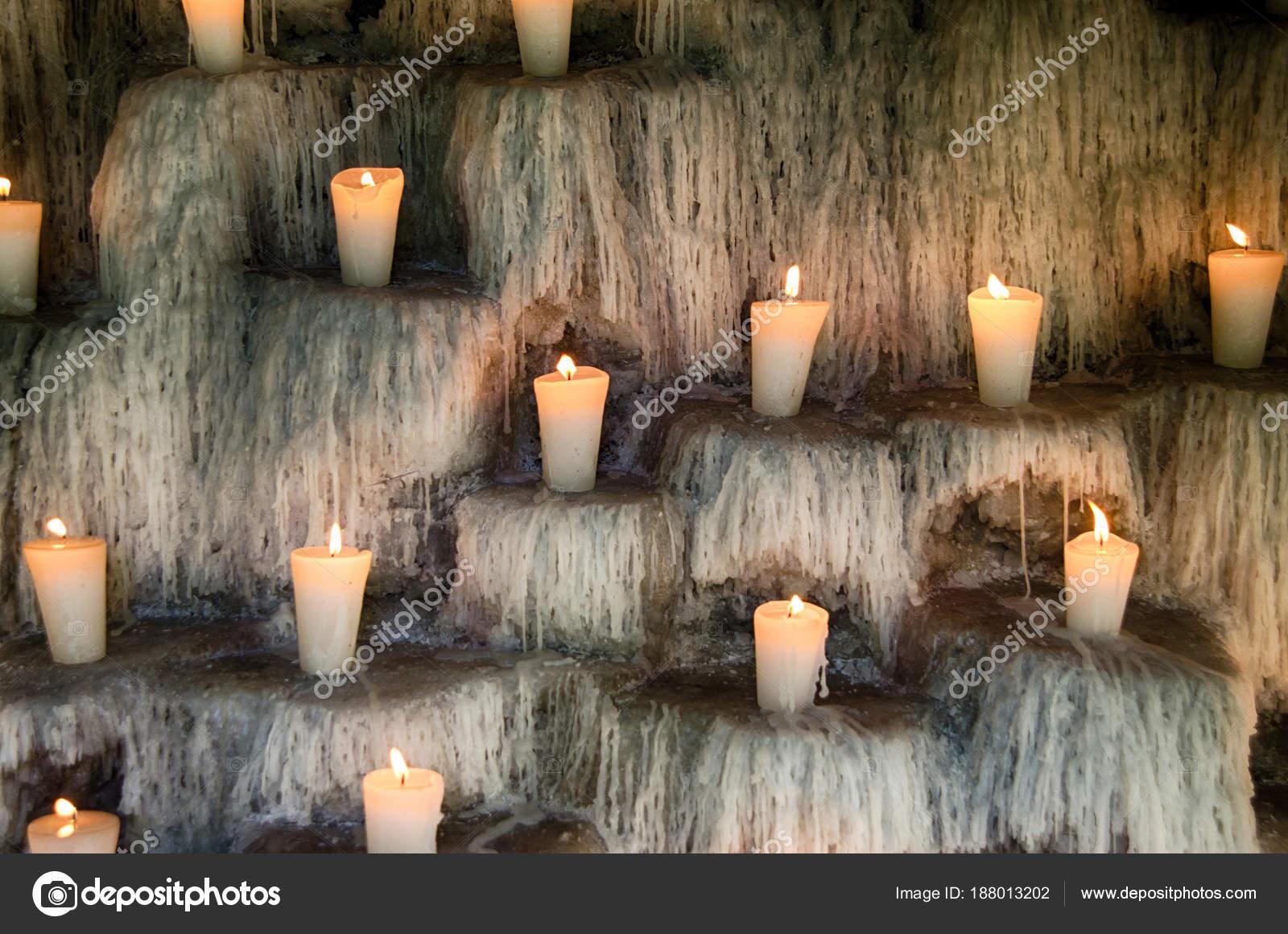 Brandende kaarsen op de trappen spirituele en memorial lichten deco