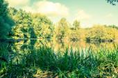 Fotografie jezera, malebné krajiny a oblačné oblohy v létě. Izolovaná fotografie