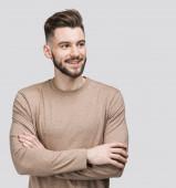 Schöner lächelnder junger Mann isoliert auf grauem Hintergrund Nahaufnahme Porträt. Lachende fröhliche fröhliche Männer