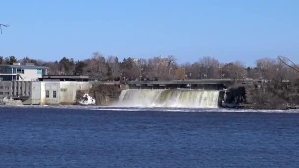 Vodopády do řeky