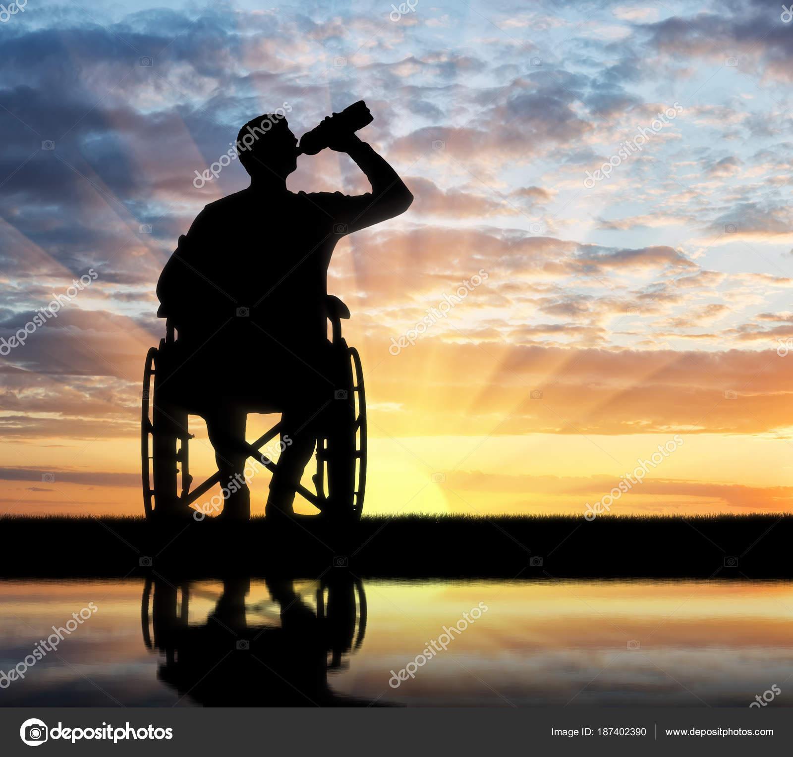 Un Silueta Discapacitado De Hombre Agua Ruedas Silla En Una myvP8ON0wn