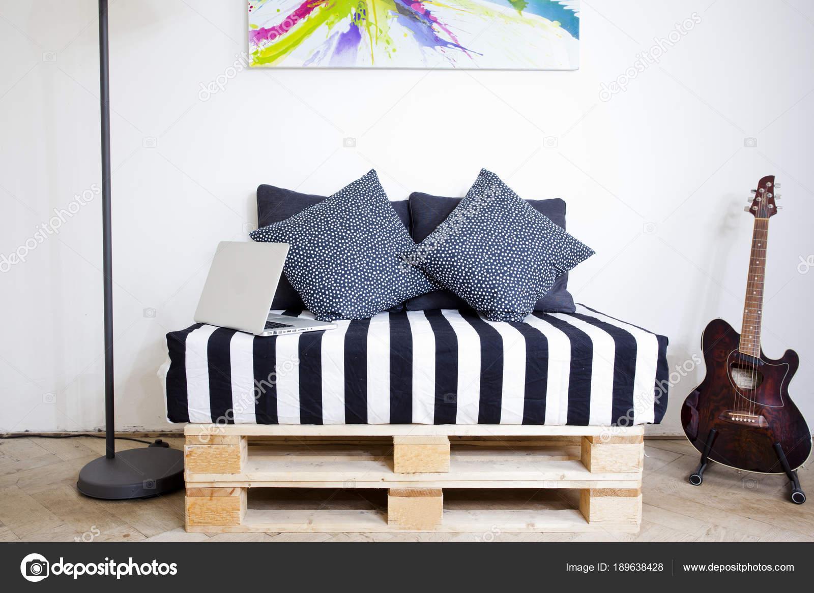 Chambre Blanche Et Bois canapé de palette en bois dans une chambre blanche avec