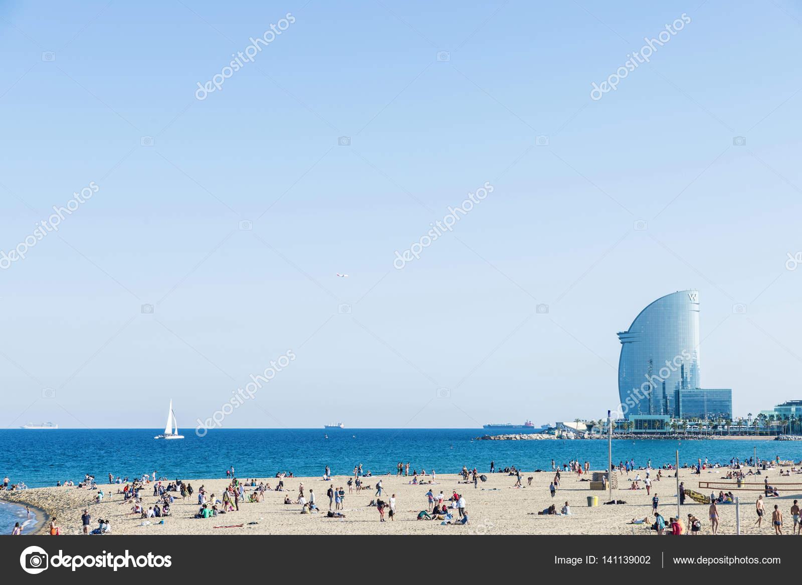 Strand Von Barcelona Voll Von Leuten Mit W Hotel Redaktionelles