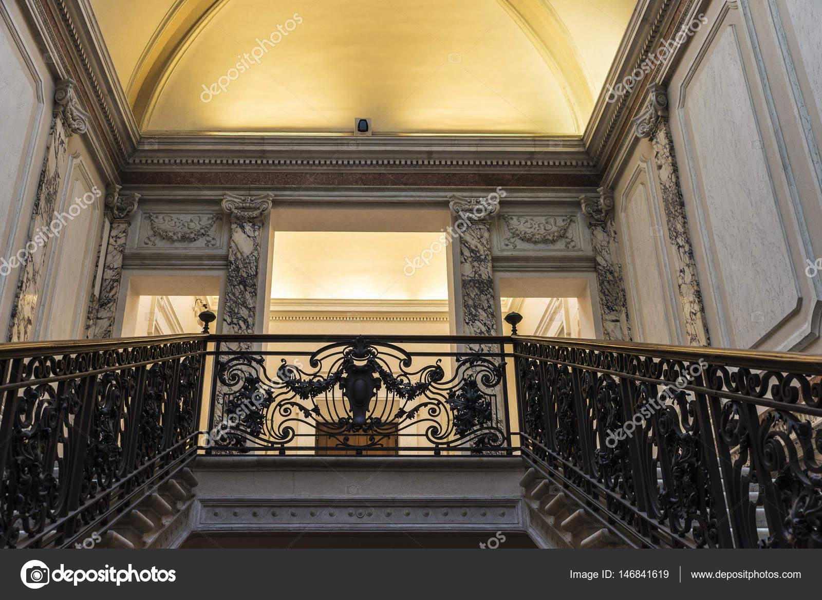 Barandilla de hierro forjado dentro de un palacio en Roma, Italia ...