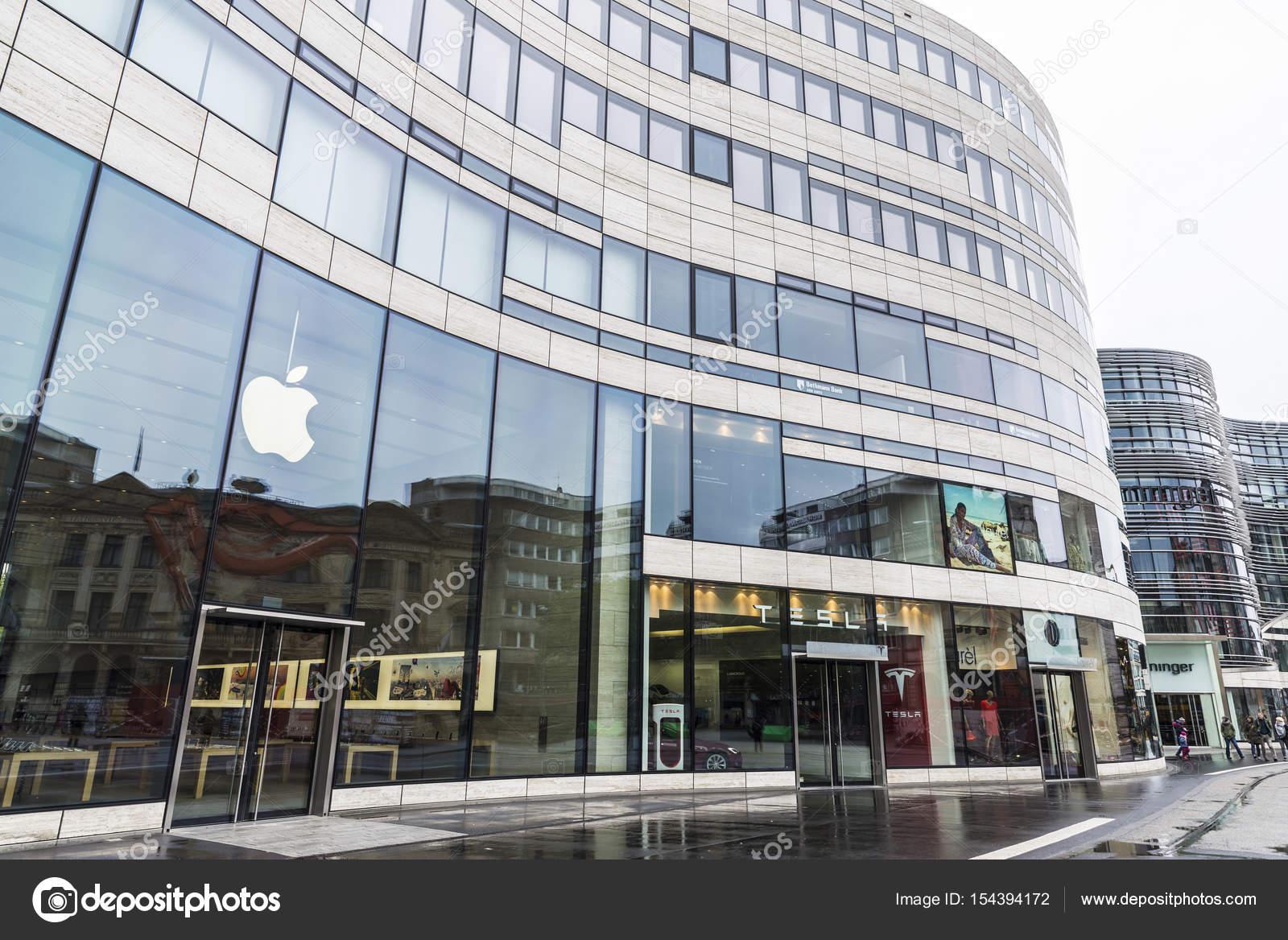 386a98c46ac Ντίσελντορφ, Γερμανία - 16 Απριλίου 2017: Μήλο κατάστημα δίπλα σε μια  αντιπροσωπεία της Tesla Motors που βρίσκεται σε ένα μοντέρνο κτήριο στο  Ντίσελντορφ, ...