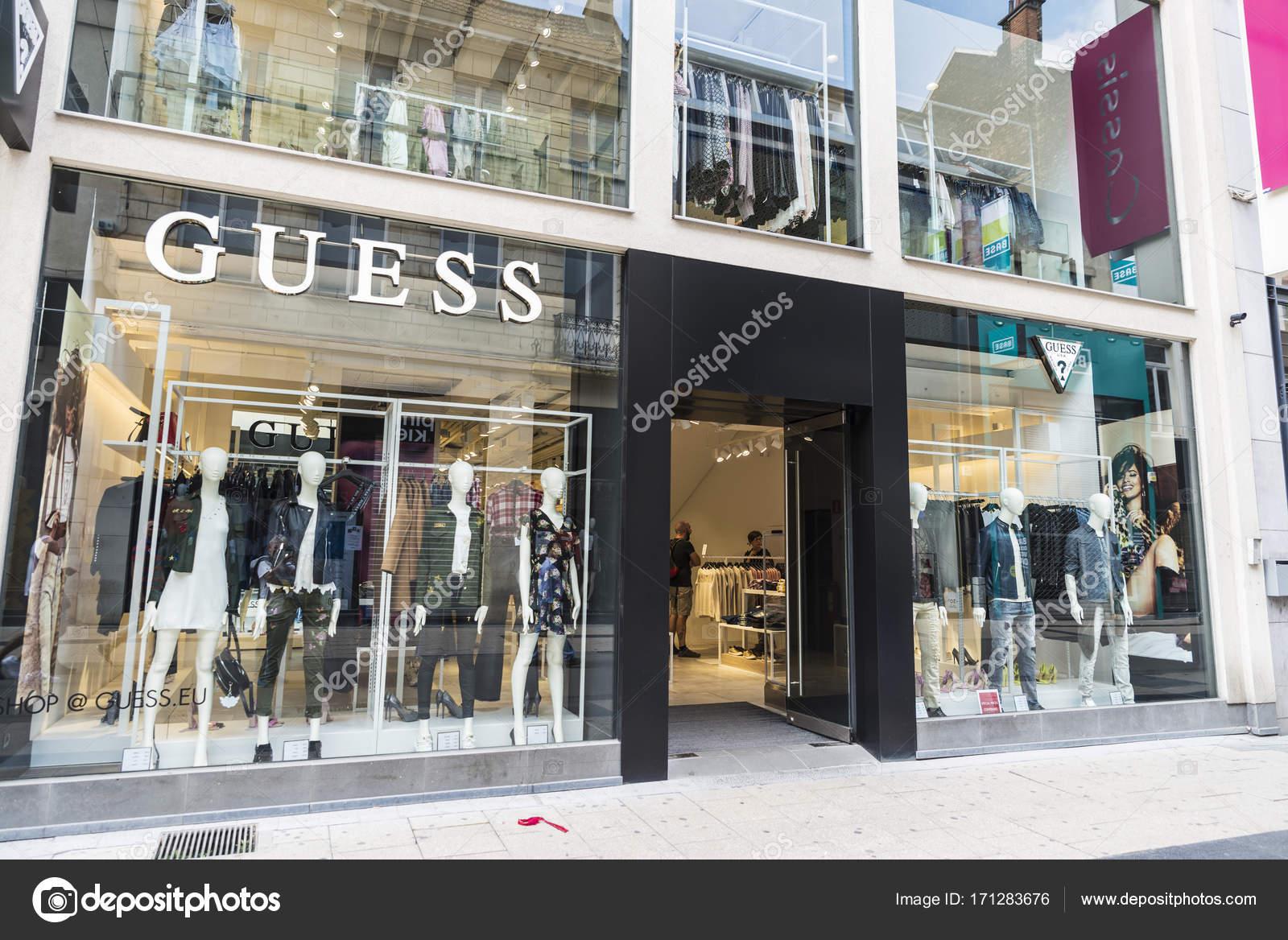 Bruxelles, Belgique - 27 août 2017   Boutique Guess dans le centre de  Bruxelles, Belgique — Image de J2R 3179f120417