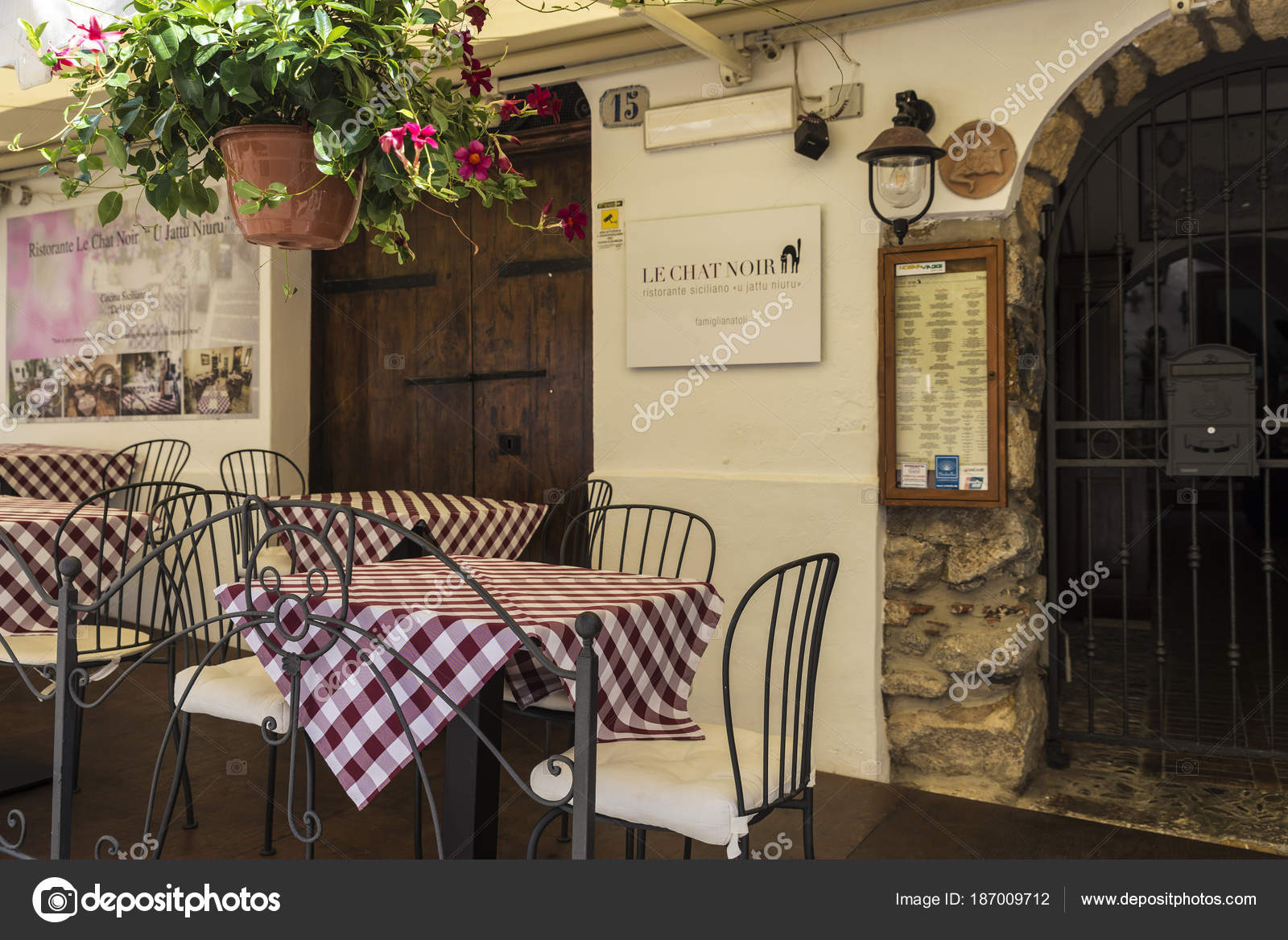 Terrasse Eines Restaurants In Cefalu In Sizilien Italien
