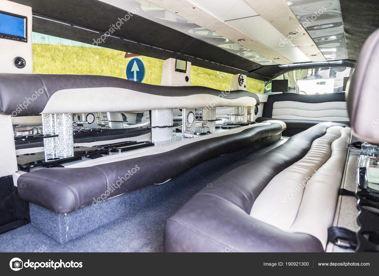 Luxuriöses Interieur einer Limousine mit einem Verkehrsschild ...
