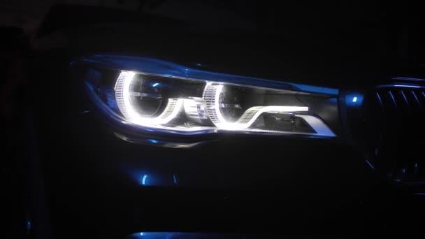Adaptivní LED optika pro BMW řady 7, úzký záběr, barevné světlo a kouř