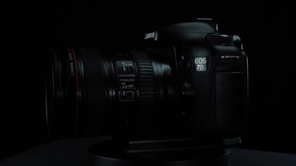 TOMSK, RUSKO - 21. března 2020: Canon 7D kamera na černém pozadí s objektivem 24-105
