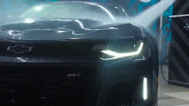 TOMSK, RUSKO - 30. března 2020: Exorcista Chevrolet Camaro ZL1 s předním pohledem na vysokotlaké ostřikovače