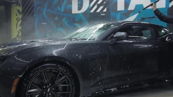 TOMSK, RUSKO - 30. března 2020: Chevrolet Camaro ZL1 Exorcista s bočním pohledem na vysokotlaké ostřikovače