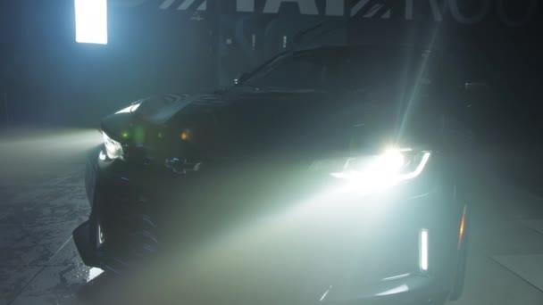 TOMSK, RUSKO - 30. března 2020: Chevrolet Camaro ZL1, přední pohled na exorcistický světlomet