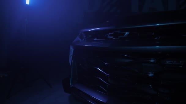 TOMSK, RUSKO - 30. března 2020: Chevrolet Camaro ZL1 vymítač ďábla ve tmě s barevnými světly