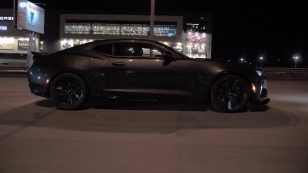 TOMSK, RUSKO - 30. března 2020: Chevrolet Camaro ZL1 Exorcista jede po silnici v nočním vidění