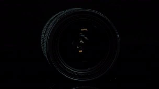 TOMSK, RUSSIA - 2020. április 12.: Sigma 18-35mm F 1.8 DC HSM Art Lens for Canon, rotációs platform, fekete háttér