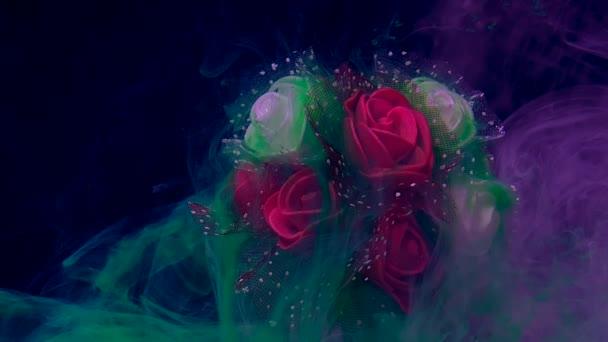 Krásná svatební kytice z červených a bílých růží v šeříkové mlze. Zelená akvarel inkoust ve vodě na modrém pozadí. Koncept Mezinárodního dne žen 8. března.