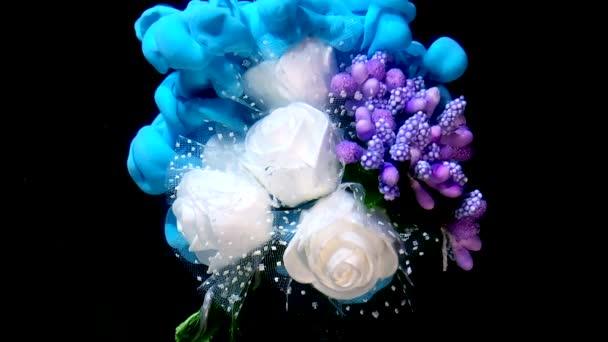 Slavnostní svatební kytice z bílých růží a šeříkových květů. Modrá a bílá akvarel inkoust ve vodě na černém pozadí. Koncept Mezinárodního dne žen 8. března.