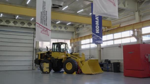 Magadan, Russland - 04.02.2020: Präsentation des Komatsu Wa320 Laders.