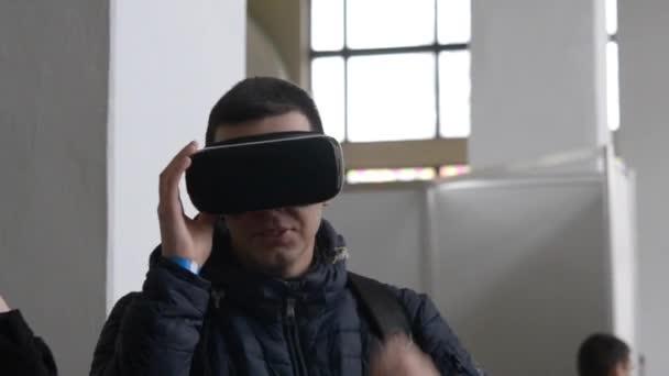 Technologie-Festival Innotech, Ukraine, Kiew 8. April 2017: junger Mann nutzt virtual-Reality-Helm.
