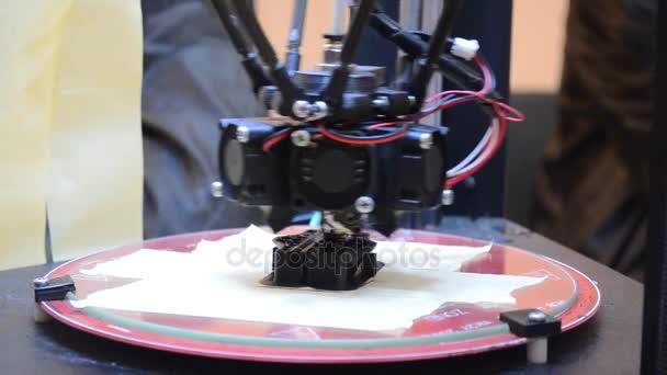 3D-Drucker erzeugt ein volumetrisches Objekt mit geschmolzenem Kunststoff in Nahaufnahme.
