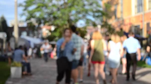 İnsanlar yürürken, insanlar sokakta yürüyorum. Arka plan bulanıklık.