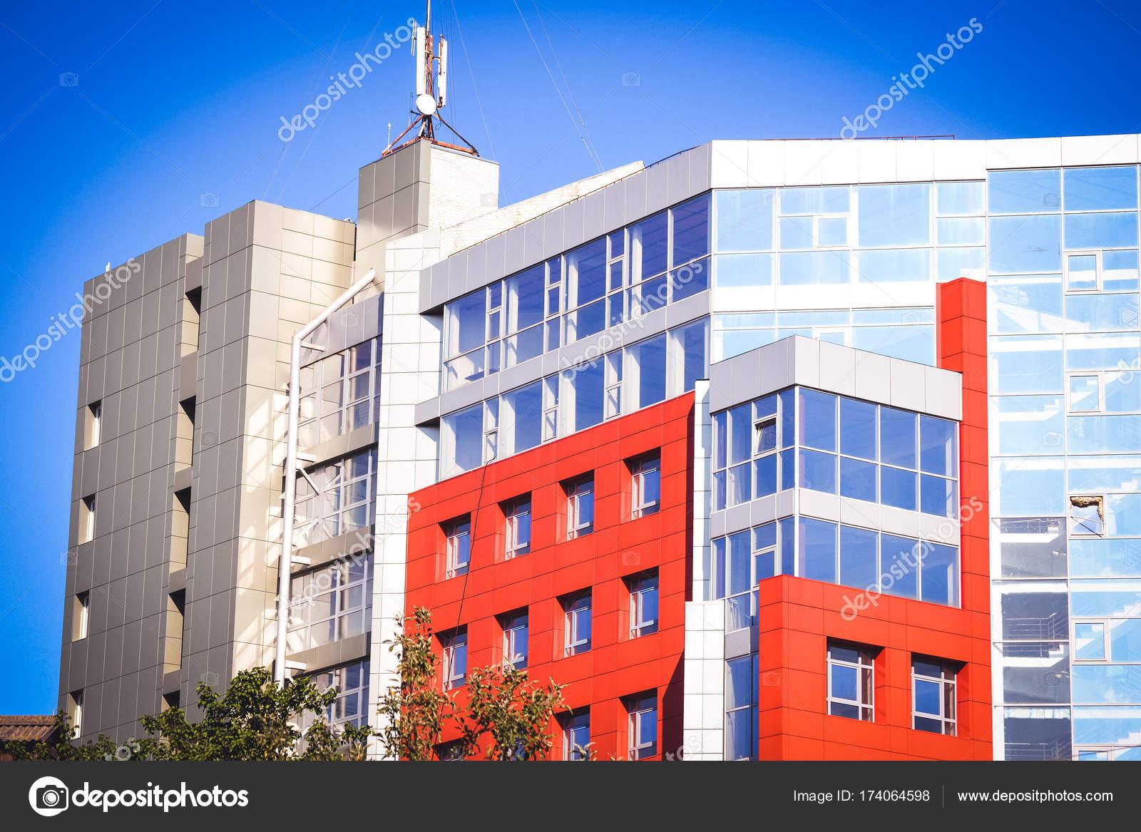 Fassade Des Hauses In Der High Tech Stil Rot Stockfoto