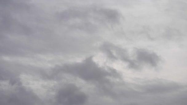 šedé mraky táhnou rychlé sky