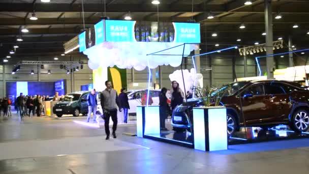 Viele Menschen in Innenräumen mit Elektroautos