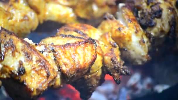 šíš kebab maso na ohni