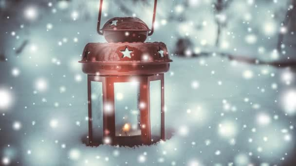Piros gyertya lantern a hó alatt havazás gyertya.