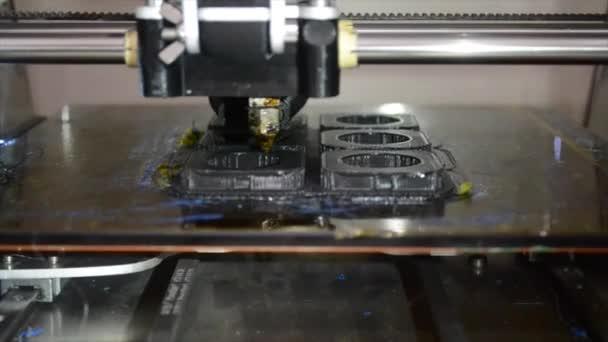3D Drucker druckt ein Formular schließen