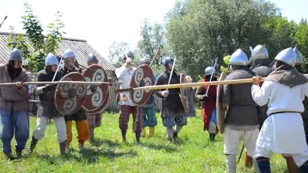 Männer in historischen Mitte 13. Jahrhundert Kleidung, kämpfen mit Schwertern, Schilden
