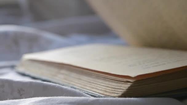 Gyors fordítsa lapok egy régi vintage könyv közelről