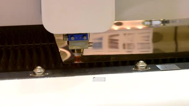 Fiber laserové stroje na obrábění kovů