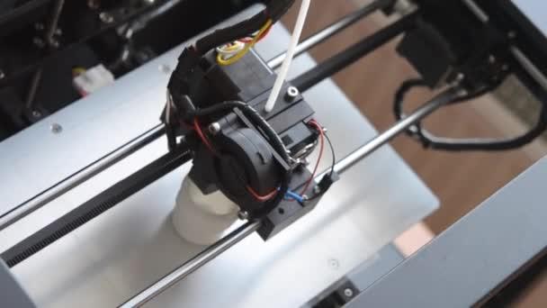 3D nyomtató nyomtatja ki az olvadt műanyag formájában. Nézd meg felülről