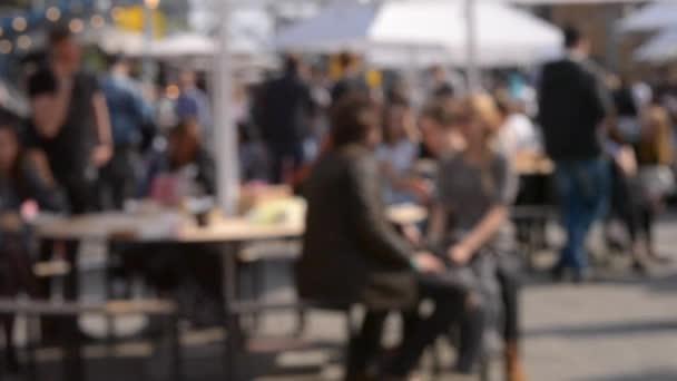 İnsanlar sokakta masalarında