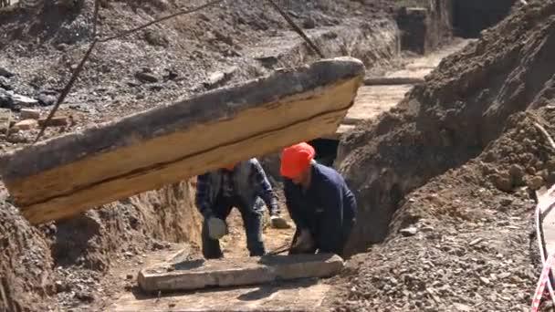 Demontáž staré topení hlavní. Mocnění betonové desky