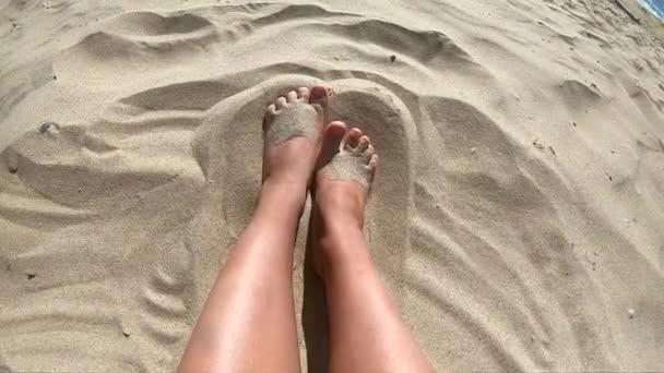 Dvě nohy kavkazský dívky ženy těší bílý písek na pláži