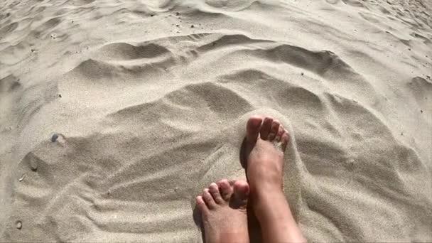 Két lábon egy kaukázusi lány nő élvezi egy homokos strand fehér homokos