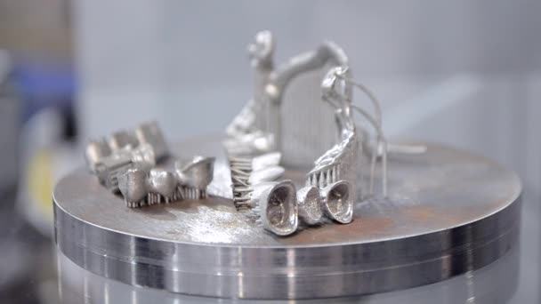 Objekt vytištěný na kovové 3D tiskárně zblízka.